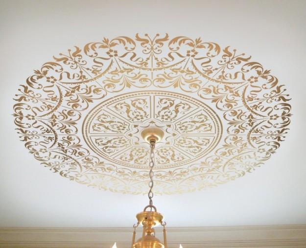 ... -rosone-dorato-sul-soffitto-per-impreziosire-un-lampadario-importante
