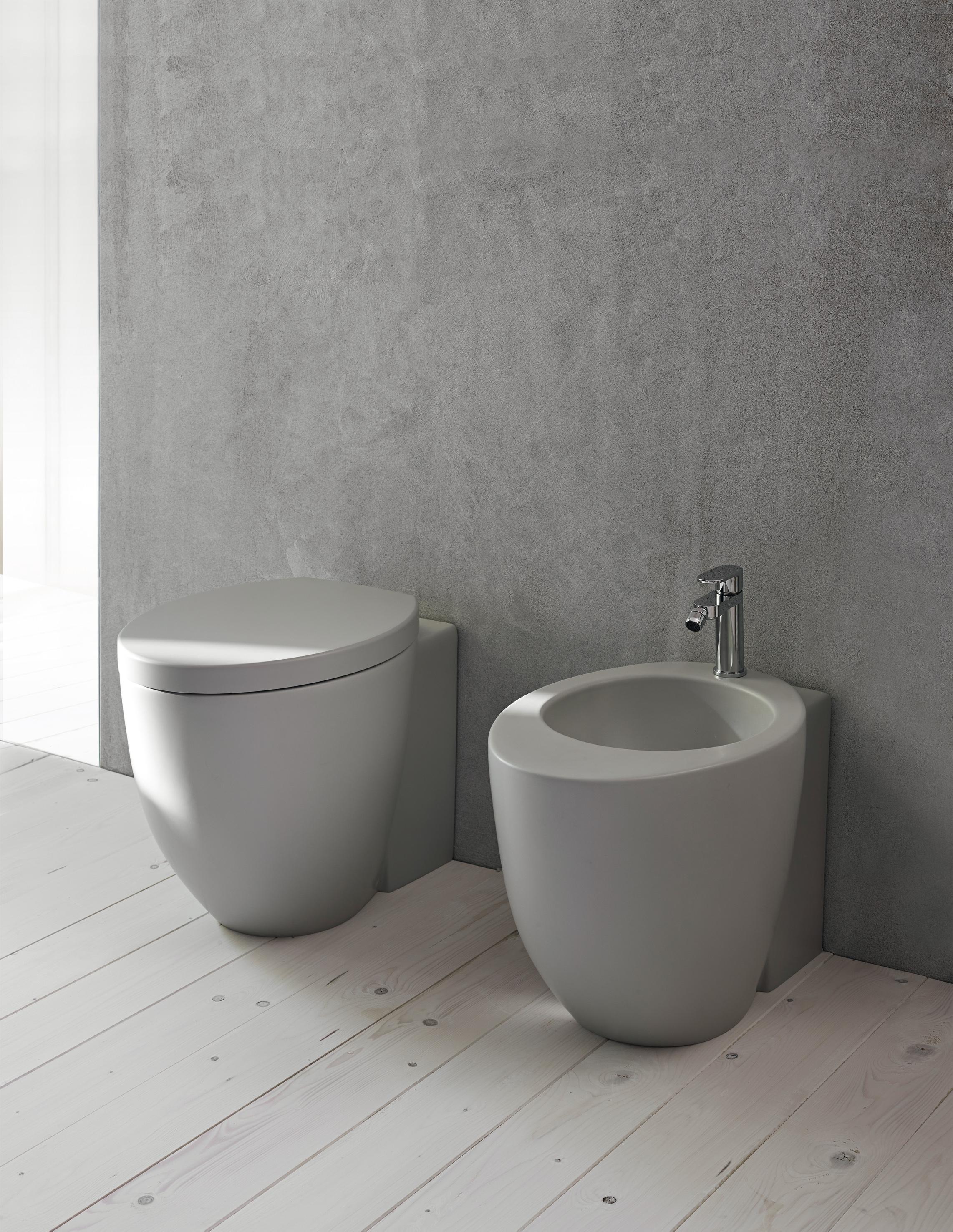 Piastrelle Arancioni Per Bagno bagno: nero e grigio per i sanitari.