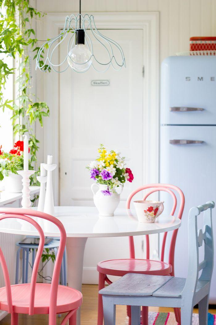 Certamente, la cucina , è per i nordici l'ambiente in cui maggiormente vengono utilizzati arredi azzurri, rosa confetto o giallo paglierino. Molte aziende di design ed articoli per la casa olandesi o norvegesi, utilizzano i colori pastello anche per le ceramiche ed i tessuti per la tavola.