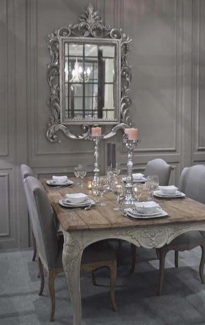 In questa sala da pranzo, il grigio viene associato all'eleganza e alla raffinatezza.