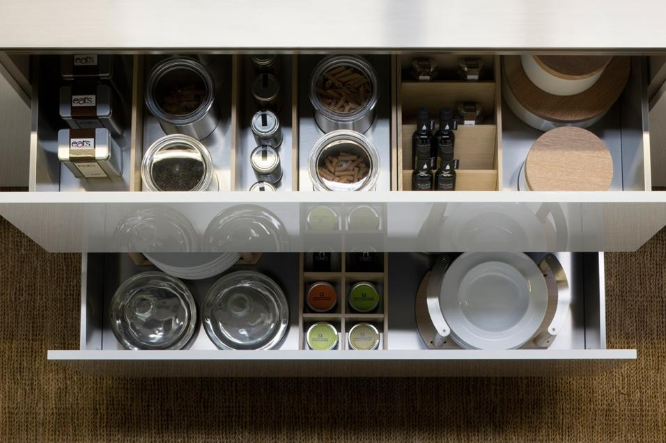 Cucina senza pensili spazio soluzioni - Divisori per cassetti cucina ...