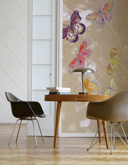 Carta da parati Envol di Wall and Decò.  L'apparente assenza di ripetizione dei soggetti crea l'effetto di un unico disegno su tutta la parete, offrendo una sorprendente un'efficacia scenografica e visiva.