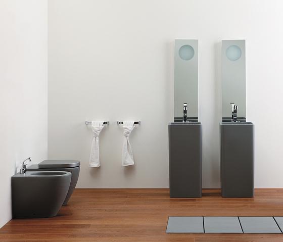 BAGNO: nero e grigio per i sanitari.  SPAZIO soluzioni