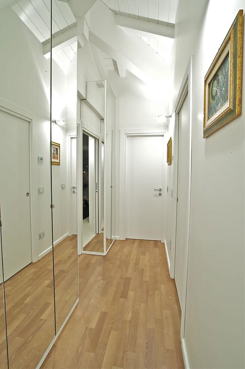 Il corridoio lungo corto largo o stretto spazio for Arredare corridoio stretto e corto