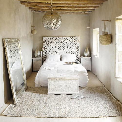 Prodotta artigianalmente in India, questa testata da letto bianca è scolpita a mano in legno di mango massiccio, poi dipinta con una vernice bianca anticata. Kerala di Maisons du Monde.