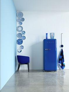 I frigoriferi colorati SMEG, il cui design si ispira agli elettrodomestici degli anni '50, caratterizzano la cucina con una spiccata personalità, sinuose linee old fashion e tinte accese si coniugano con la tecnologia di ultima generazione.