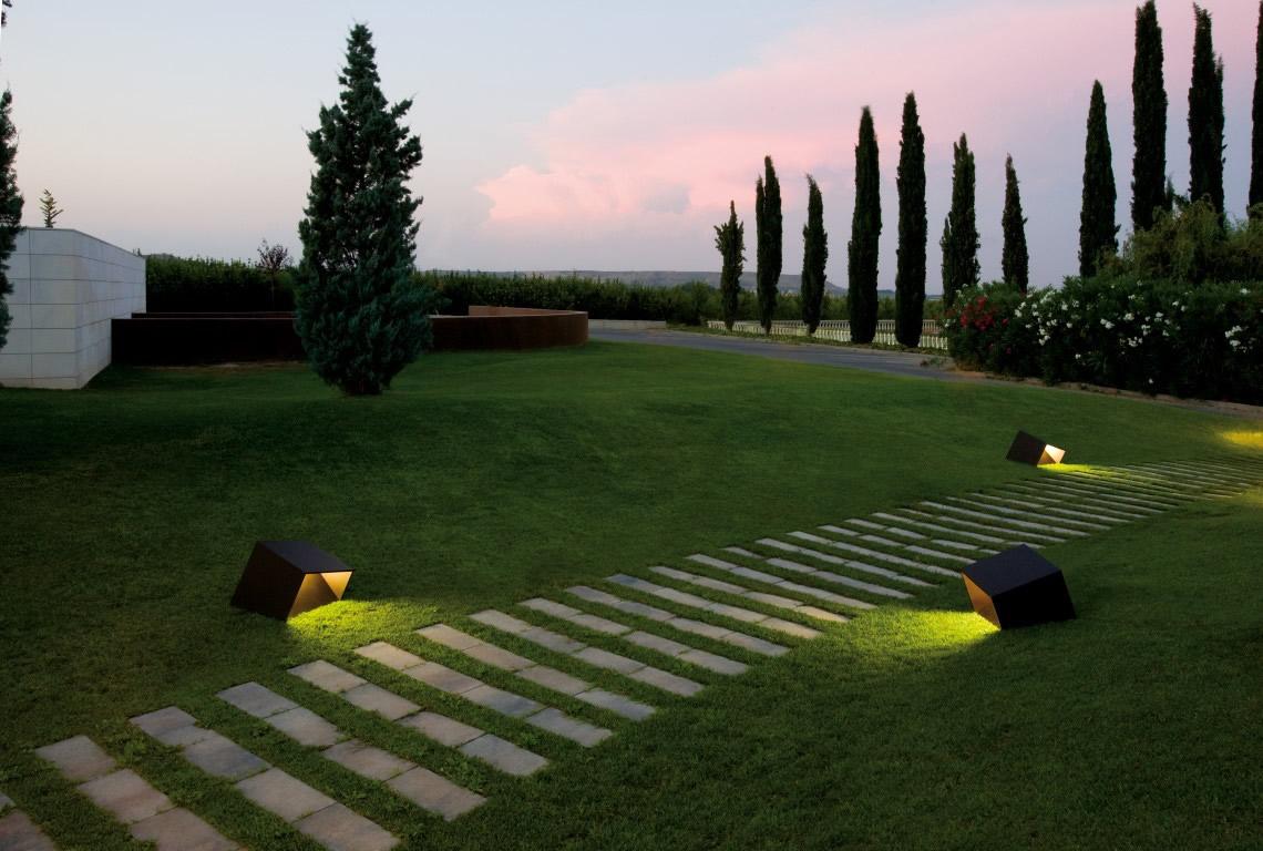 Luci da esterno per creare l 39 atmosfera spazio soluzioni for Terra per giardino