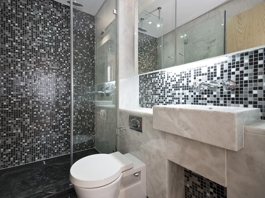 Anche il bagno rappresenta da sempre uno dei luoghi privilegiati per l'utilizzo del marmo, si realizzano lavelli con curvature personalizzate e rivestimenti per pavimento e pareti coordinate.