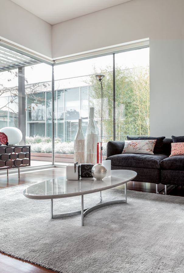 In questo soggiorno il tavolino di marmo aggiunge un tocco di eleganza.
