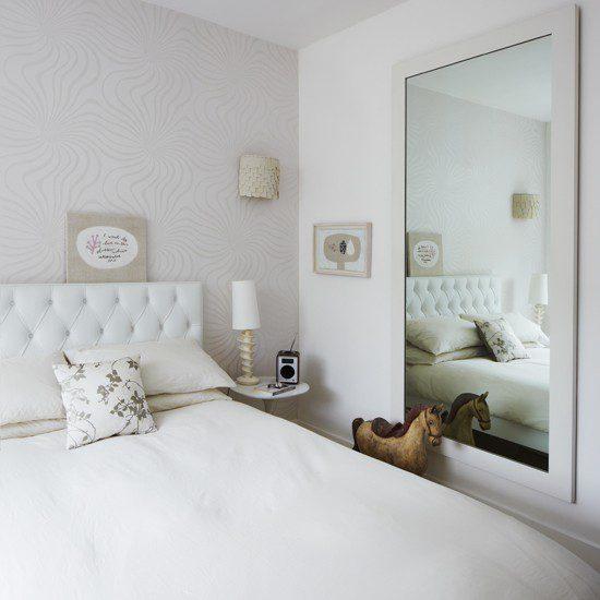 Camera da letto di pochi metri quadrati.