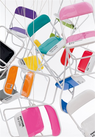 Seletti Pantone Chairs Design di Selab per queste coloratissime sedute in metallo pieghevole disponibili in 15 diverse tonalità.