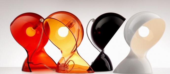 Artemide Dalù Design di Vico Magistretti per questa lampada da tavola in materiale termoplastico stampato disponibile in quattro varianti di colore.