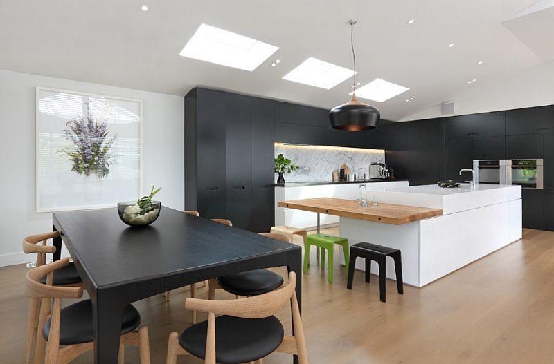 Cucina-bianca-e-nera-con-dettagli-in-legno-chiaro - SPAZIO soluzioni