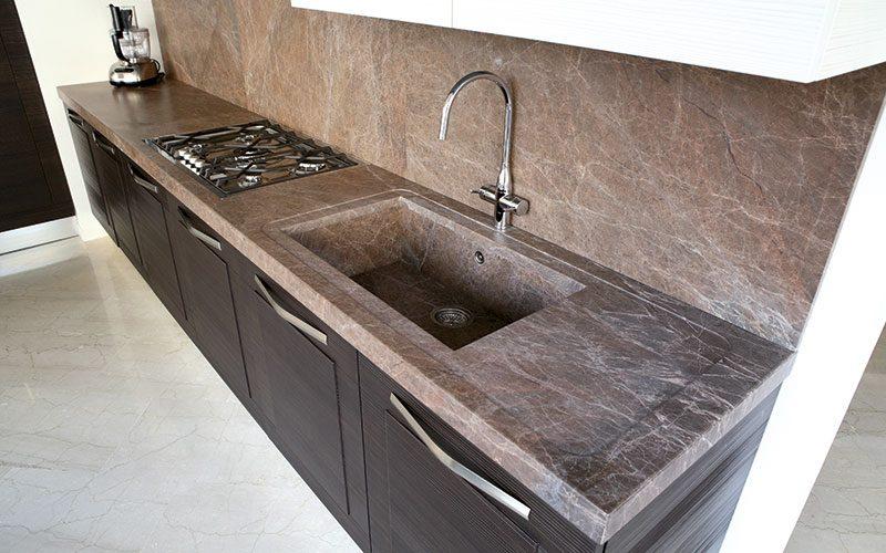 top-cucina-in-marmo-e-rivestimento-in-marmo- SPAZIO soluzioni